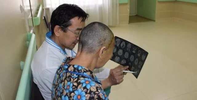 Врач с пациентом после операции вскрытия черепа