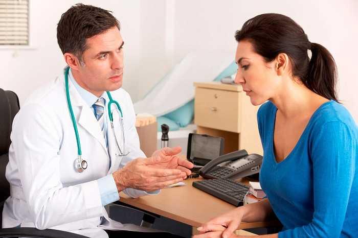 Беседа врача и пациента перед процедурой биопсии